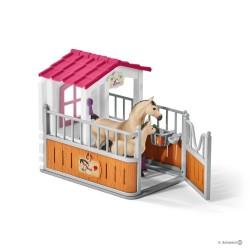 Schleich 42369 Stajňa s arabskými koňmi a ošetrovateľkou
