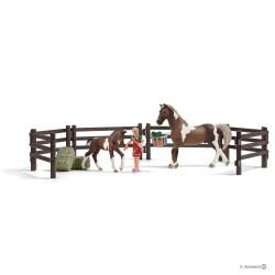 Schleich 21049 kôň Trakenská kobyla so žriebätkom a doplnkami