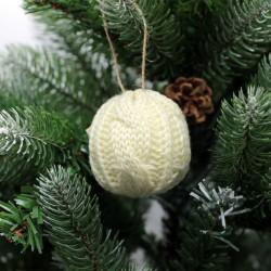 IMP-EX Vianočná ozdoba na zavesenie - guľa so štrikovaným poťahom - krémová